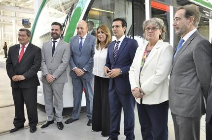 La presidenta de la Junta, Susana Díaz, posa frente al metro con los alcaldes y representantes políticos.