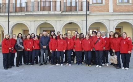 Auxiliares de ayuda a domicilio junto al concejal de servicios sociales, Juan Francisco Arenas