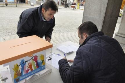 Un vecino vota en la urna ubicada en la Plaza de España