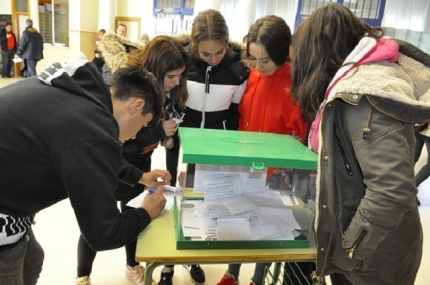 Alumnado del IES votando