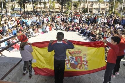 Alumnado del colegio Tínar durante la conmemoración del Día de la Constitución.