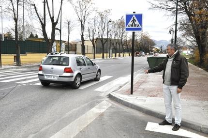 El concejal de Movilidad, Diego Valero, señala uno de los puntos donde se han instalado balizas y señalizaciones verticales luminosas.