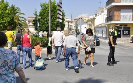 Imagen de archivo del tránsito de peatones en una de la calles de Albolote al inicio del curso escolar.