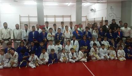 Foto de grupo de los deportistas y entrenadores participantes en este encuentro interno del Club Baransu /C.B.