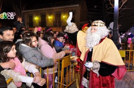 El Rey Melchor saluda a su llegada a la Plaza de España.
