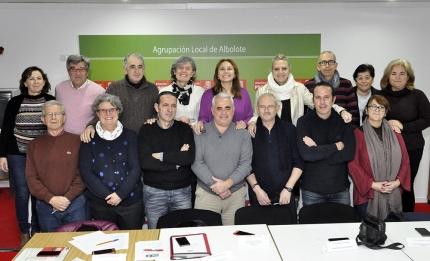 Miembros de la nueva ejecutiva posan en la sede de la agrupación local de la calle Nueva de Jardines en su primera reunión de 2018..