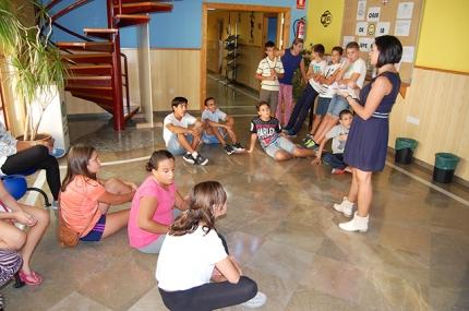 Una educadora imparte una actividad a jóvenes de Albolote en la Casa de la Juventud.