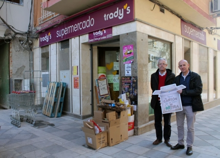 El alcalde de Atarfe junto con el Gerente de la empresa La Cartuja de Albolote.