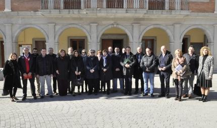 Delegados de la Junta de Andalucía y representantes municipales de la zona norte metropolitana posan a las puertas del Ayto. de Albolote antes de iniciar la reunión.