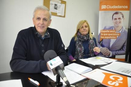 Los concejales de Ciudadanos, Manuel Montalvo y Carmen Calderay en rueda de prensa