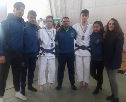 Miembros de la expedición del Club Baransu con los medallistas en el centro