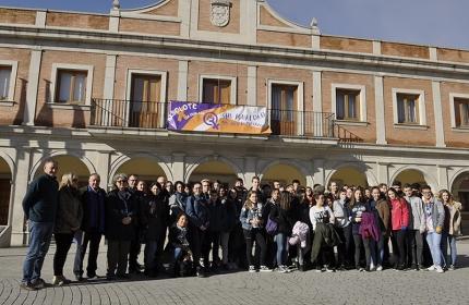 Grupo de estudiantes franceses y españoles junto a sus profesores y representantes municipales en la plaza del Ayuntamiento.
