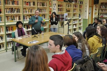 El director del IES, Antonio Luis Ortega, durante la presentación de Ángeles Mora al comienzo del acto en la biblioteca del centro. .
