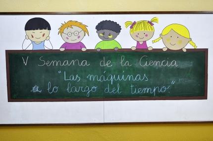 Letrero de la Semana de la Ciencia en una pizarra a la entrada del colegio.