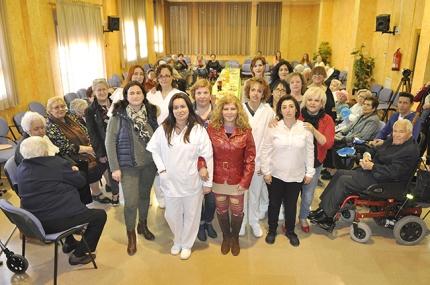 Auxiliares, monitoras y responsables municipales junto a los mayores en la clausura del programa.