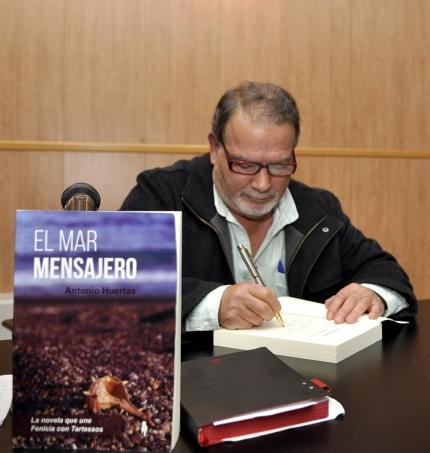 El autor, Antonio Huertas, firmó algunos ejemplares durante la presentación.