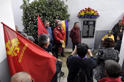 Un momento del desarrollo del acto a la entrada del cementerio junto al monolito que recuerda a las víctimas
