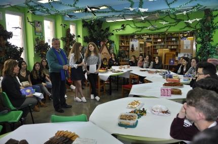 Alumnado, profesores, padres y madres en el transcurso del segundo Desayuno Literario