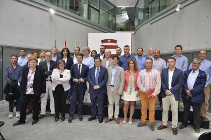 Alcaldes y alcaldesas posan junto al presidente de la Diputación y al resto de Diputados en la presentación de los fondos DUSI
