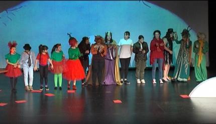 Actores y actrices aficionados del taller municipal de teatro juvenil.