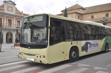 Autobús de la línea 123 a su paso por el centro de Albolote