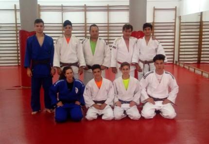 Integrantes del Club de Judo Blas González junto al maestro De los Ríos (de pie, segundo por derecha), en la sede del club alboloteño.