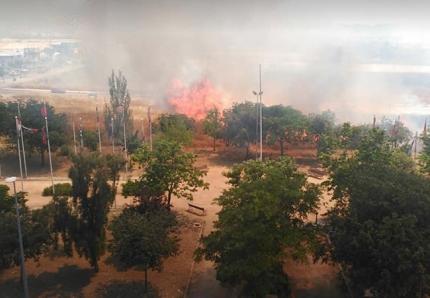 Imagen de las llamas a la altura del Parque Europa donde había numerosos vehículos aparcados. / Protección Civil.