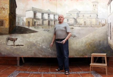 El pintor Rodri frente a uno de los cuadros de la exposición.