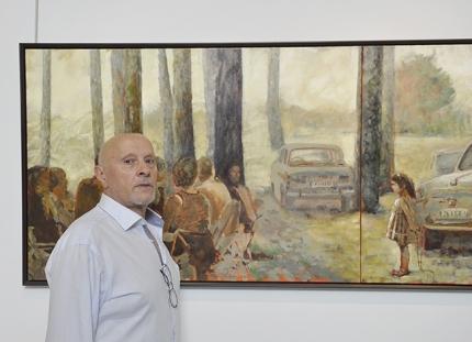 El pintor Rodri frente al cuadro El Pantano, que se expone en la Casa de la Cultura.