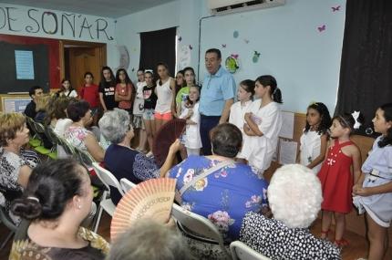 Actores y actrices tras la representación teatral con el autor de los textos José Moreno Arenas