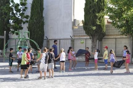 Un grupo de niños y niñas en uno de los juegos de las colonias urbanas