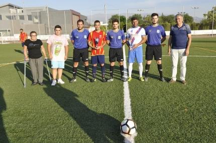 Familiares del Rerre junto con el concejal de deportes, Diego Valero, los capitanes de los equipos y los árbitros.