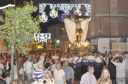 La procesión durante su itinerario por la calle Nueva de Jardines.