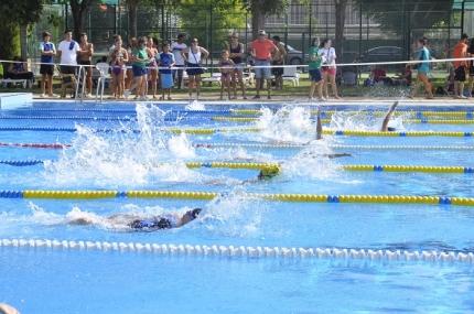 Nadadoras en la prueba del Circuito Provincial de Natación disputado en Albolote