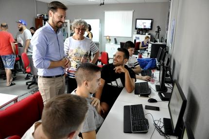El delegado y la alcaldesa conversan con varios usuarios del Centro Guadalinfo de Albolote en el transcurso de su visita.