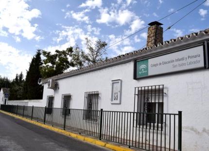 Fachada principal del vetusto colegio San Isidro Labrador de El Chaparral.