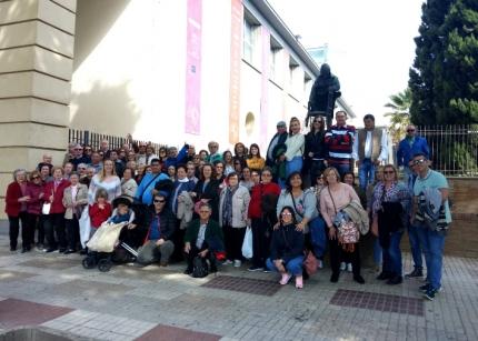El grupo posa bajo la estatua de Mozart junto al Teatro de la Maestranza de Sevilla. / A. I.