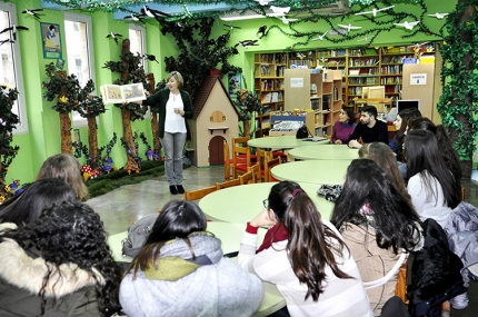 La bibliotecaria, Gabi Izquierdo, dirige una de las charlas y sesiones cuentacuentos que se desarrollan en este contenedor cultural a lo largo del año..