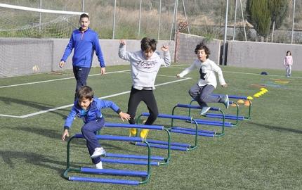 Escolares durante una gimkana deportiva asesorada por un monitor.