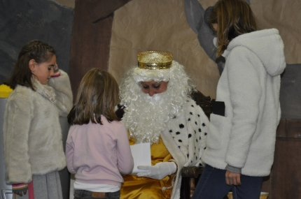 Los niños y niñas entregan sus cartas unos días antes de la Cabalgata de Reyes