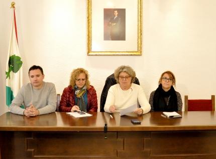 La alcaldesa, Conchi Ramírez, de blanco, con los concejales, Rosa Madrid (dcha), Montse Bailón y Alejandro Ocete en la rueda de prensa,