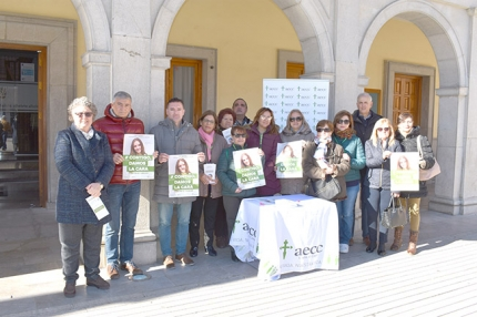 Mesa informativa de la AECC a las puertas del Ayuntamiento.