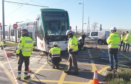 Operarios y técnicos de Metro de Granada en el lugar del accidente.
