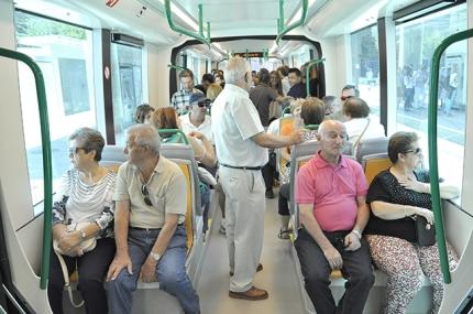 Usuarios de Albolote durante un trayecto en el metro de Granada.