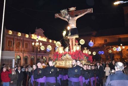 La procesión con la imagen del Cristo de la Salud durante su recorrido por la plaza del Ayuntamiento.