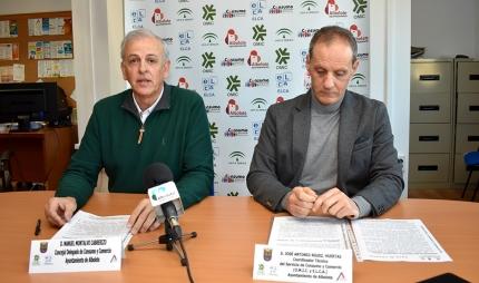 El concejal de Consumo, Manuel Montalvo (izda) y el técnico de la OMIC, José Antonio Rodríguez, en rueda de prensa.