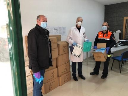Los concejales de salud, Manuel Montalvo, y obras y mantenimiento, José Miguel Rodríguez, reparten las mascarillas.