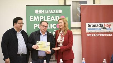 Antonio Mansilla, centro, recibió a primeros de marzo la nominación de manos de la representante del CSIF y del representante de Granada Hoy /GH