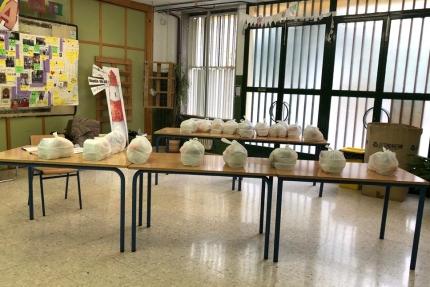 Bolsas con la comida elaboradas preparadas para su entrega hoy miércoles en las instalaciones del Colegio Abadía