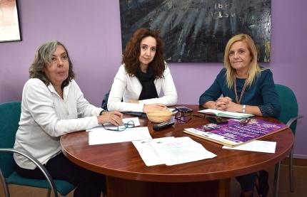 La concejala de Igualdad, Mª Carmen Calderay (derecha), junto a dos técnicas del Centro Municipal de la Mujer de Albolote.